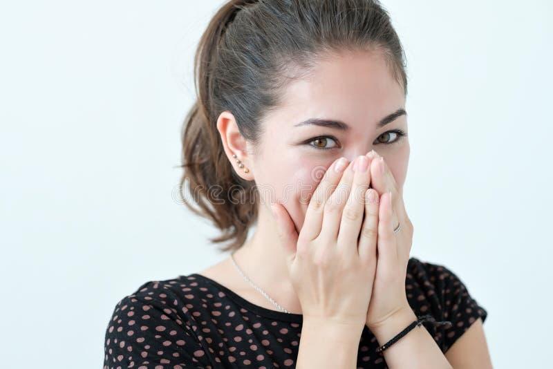 Cara de ocultación de la mujer tímida juguetona con sus manos imagen de archivo libre de regalías