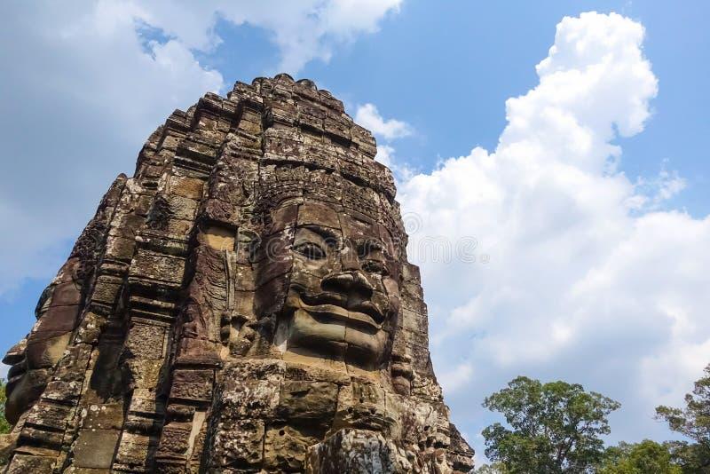 Cara de pedra no templo de Bayon em Angkor Thom imagens de stock