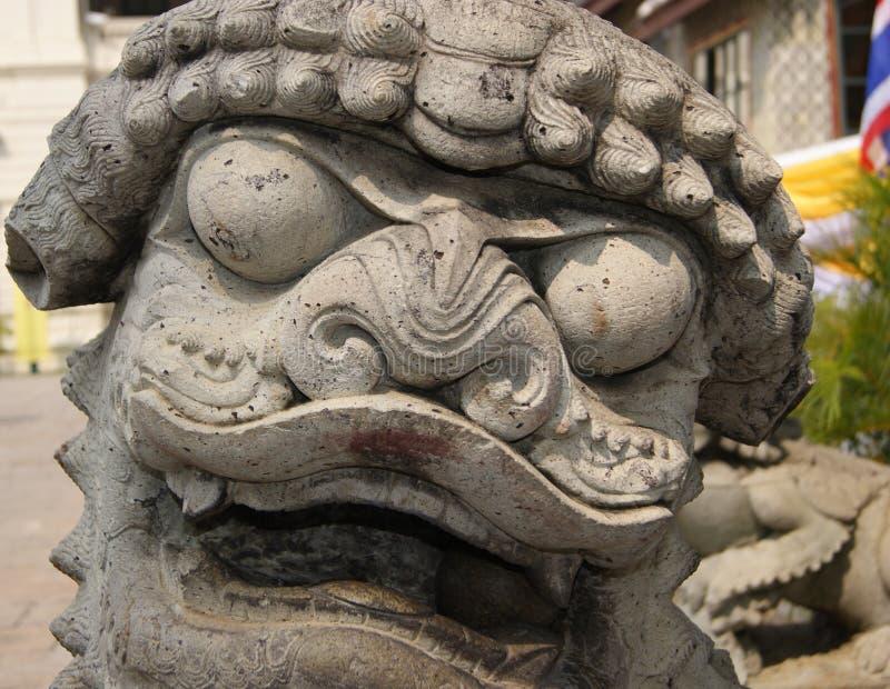 Cara de pedra tailandesa da estátua do leão do templo no fim acima imagem de stock