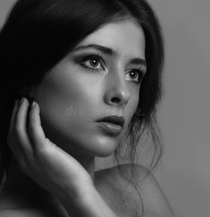 Cara de pensamiento hermosa de la mujer fotografía de archivo