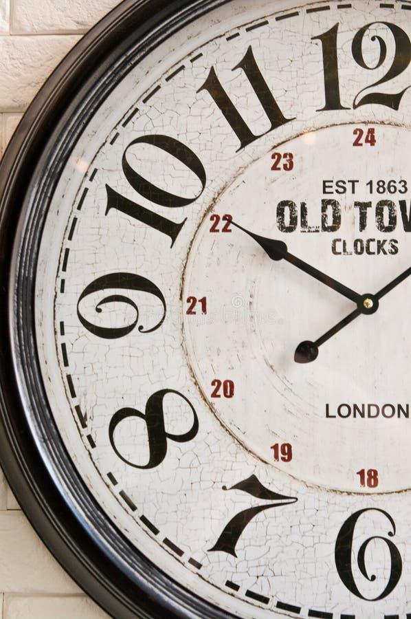 Cara de reloj vieja de pared de la ciudad imágenes de archivo libres de regalías