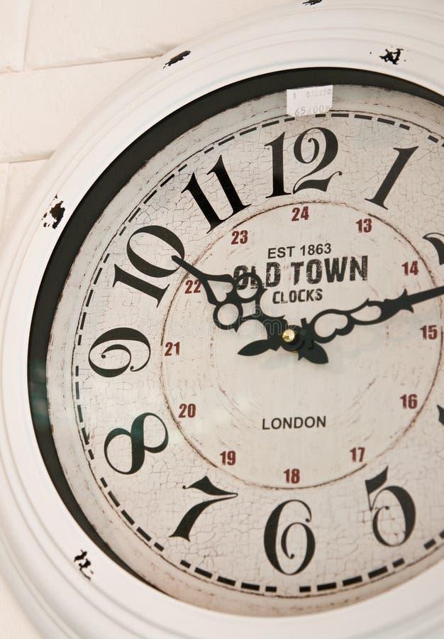 Cara de reloj vieja de pared de la ciudad imagen de archivo