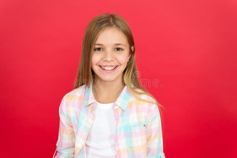 Cara de sorriso alegre da menina sobre o fundo vermelho Cara de sorriso feliz da criança emocional Sorriso adorável alegre da men fotos de stock royalty free