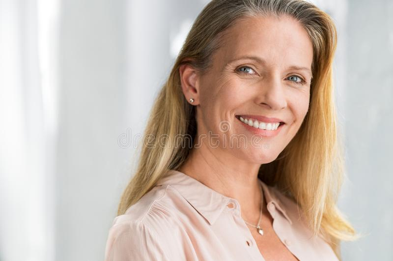 Cara de sorriso da mulher superior imagens de stock royalty free