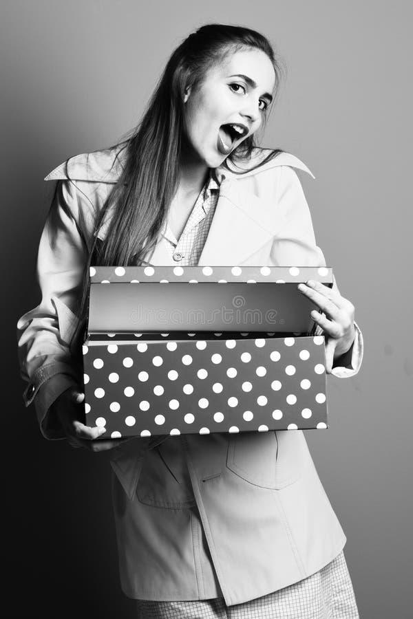 A cara de sorriso na composição amarela colorida da forma do revestimento e o vintage bege vestem guardar a caixa atual grande no fotografia de stock royalty free