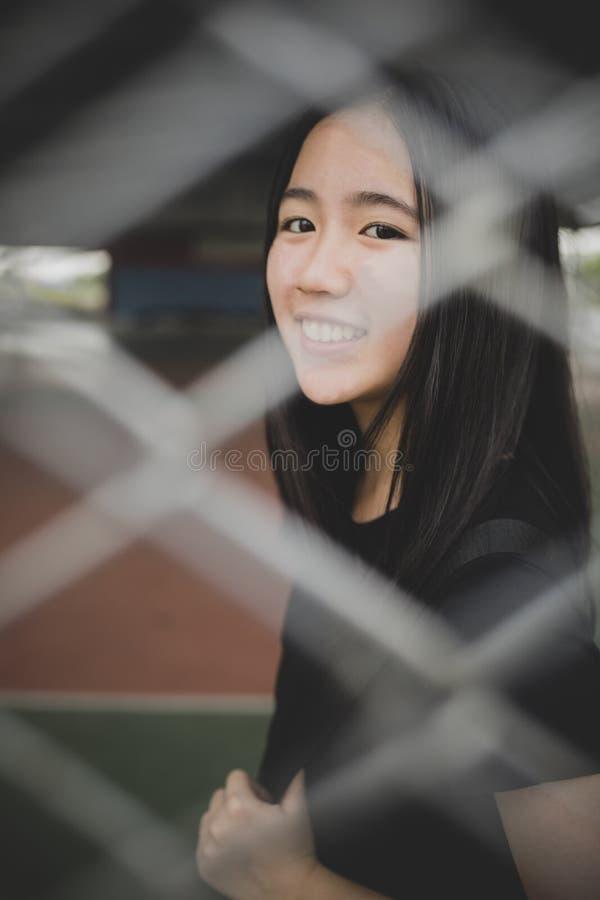 Cara de sorriso Toothy da emoção de relaxamento do adolescente asiático fotografia de stock