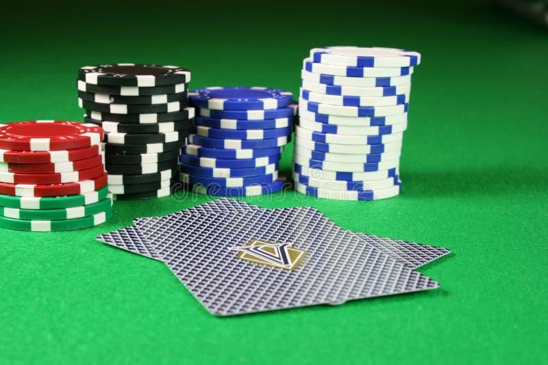 Cara de tarjetas del póker abajo con las virutas de póker imágenes de archivo libres de regalías
