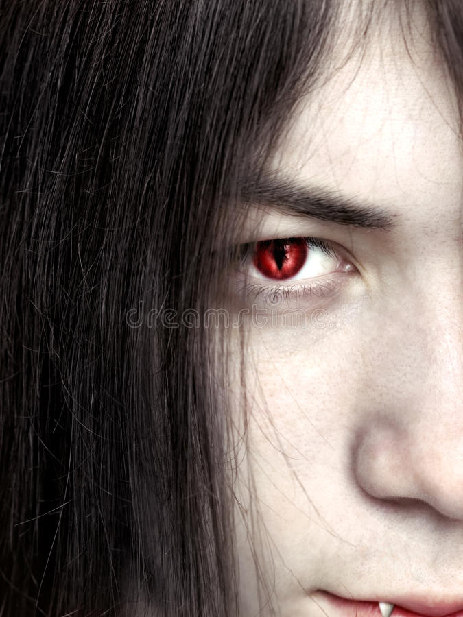 Cara de um fim masculino novo do vampiro acima foto de stock royalty free