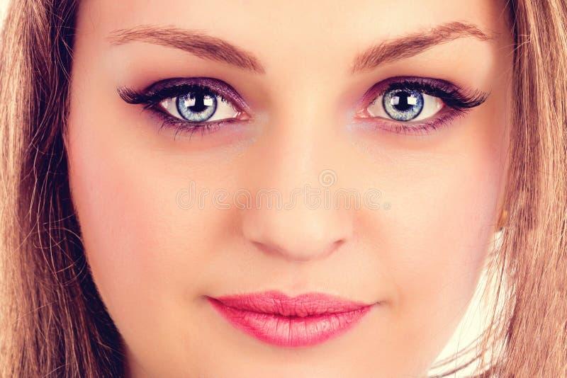 Cara de uma jovem mulher bonita com olhos azuis fotografia de stock royalty free