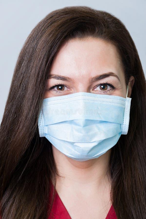 Cara de uma mulher bonita do dentista que veste uma máscara imagem de stock