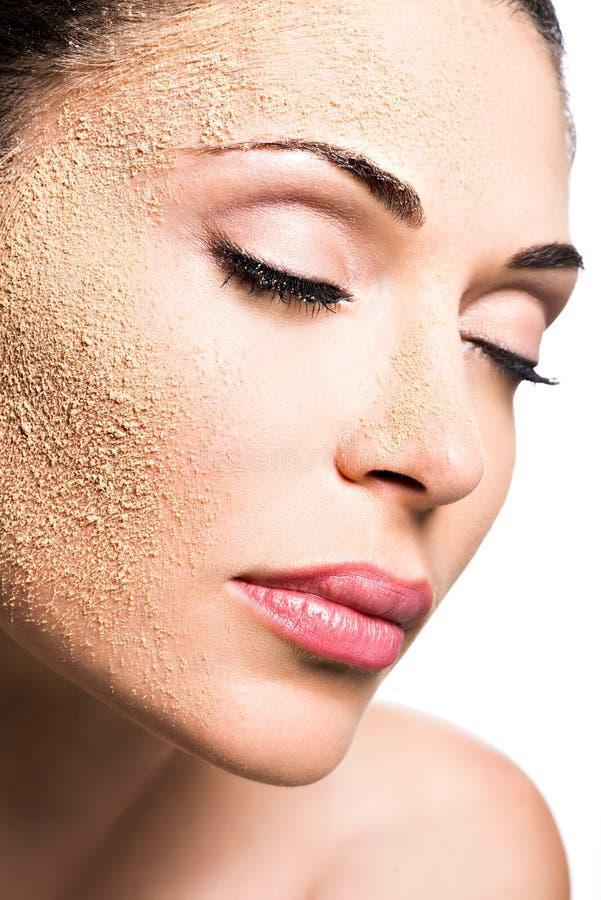 Cara de uma mulher com pó cosmético na pele imagens de stock royalty free