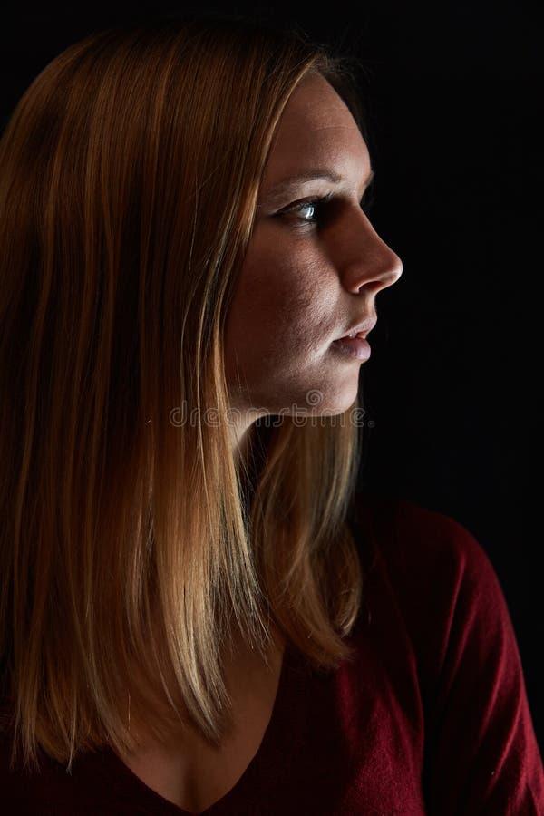 Cara de uma mulher loura no perfil fotografia de stock