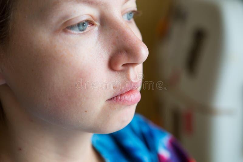 A cara de uma mulher de meia idade sem composição com traços de perfuração fotografia de stock