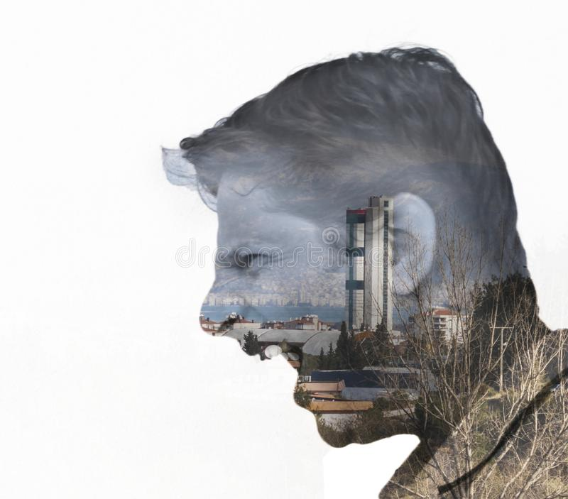 Cara de un hombre en el panorama de Esmirna foto de archivo libre de regalías