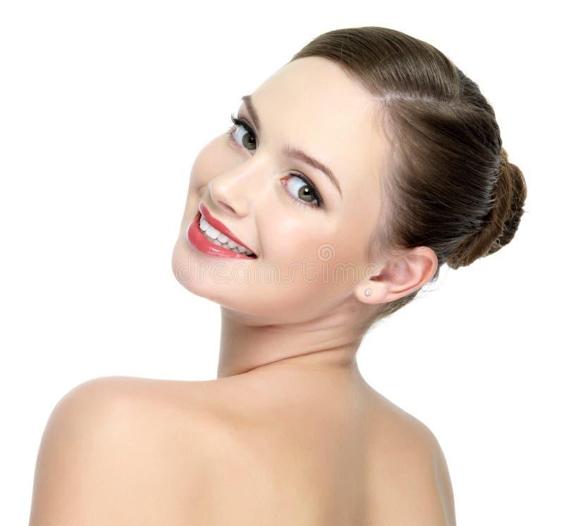 Cara de una muchacha hermosa feliz con los labios rojos imagenes de archivo