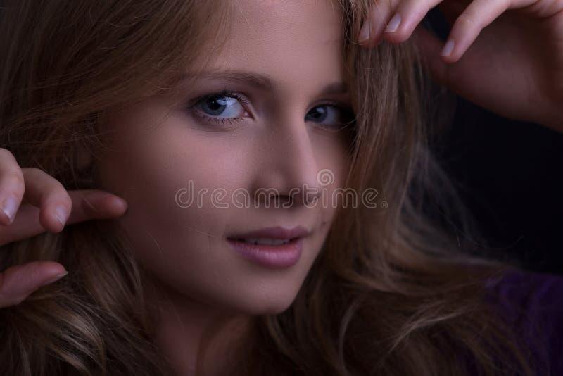 Cara de una muchacha rubia hermosa que mira atractivo fotografía de archivo