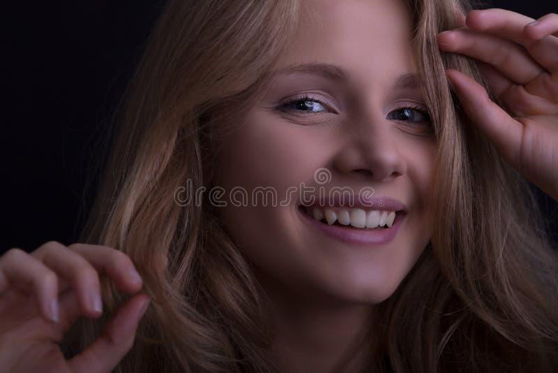 Cara de una muchacha sonriente hermosa fotos de archivo