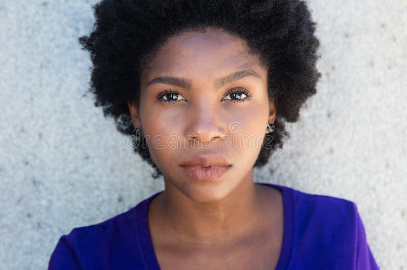 Cara de una mujer afroamericana hermosa imagen de archivo libre de regalías