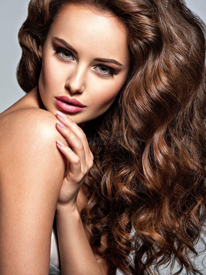 Cara de una mujer hermosa con el pelo marr?n largo imagen de archivo