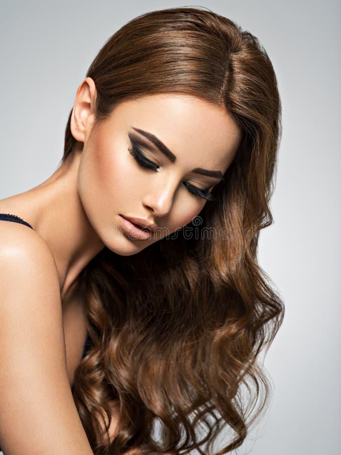 Cara de una mujer hermosa con el pelo marr?n largo imagen de archivo libre de regalías