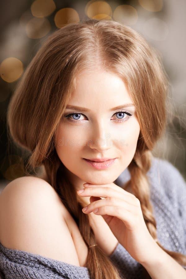 Cara de una mujer joven de la belleza Retrato de un gir moderno hermoso fotografía de archivo libre de regalías