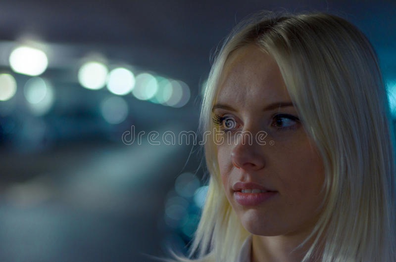 Cara de una mujer pensativa que mira en distancia fotografía de archivo