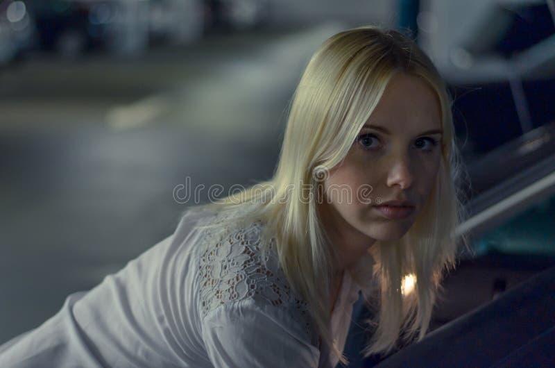 Cara de una mujer pensativa que mira en la cámara imagenes de archivo