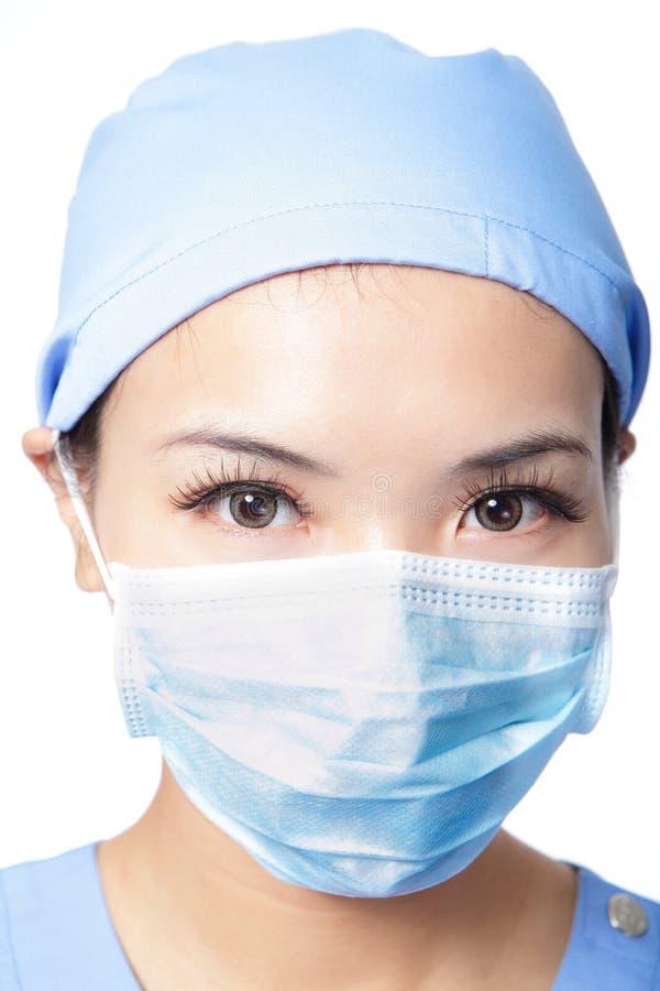 Cara del doctor de la mujer de la cirugía con la máscara imagen de archivo