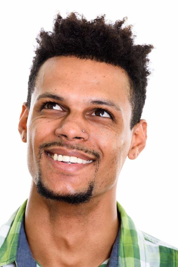 Cara del hombre africano feliz joven que sonríe mientras que piensa fotos de archivo