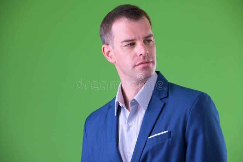 Cara del hombre de negocios en traje que piensa y que mira detrás imágenes de archivo libres de regalías