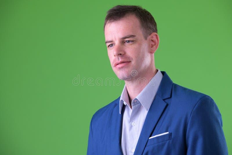 Cara del hombre de negocios en traje que piensa y que mira lejos imagen de archivo
