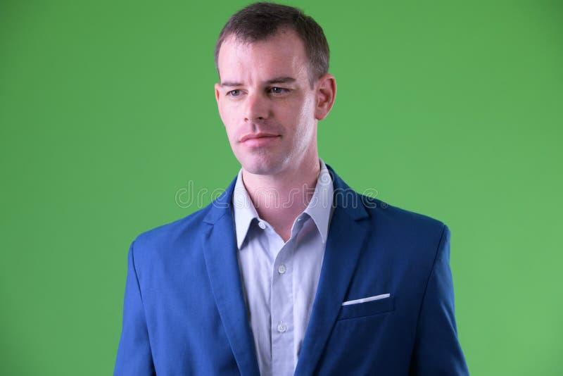 Cara del hombre de negocios en traje que piensa y que mira lejos fotografía de archivo