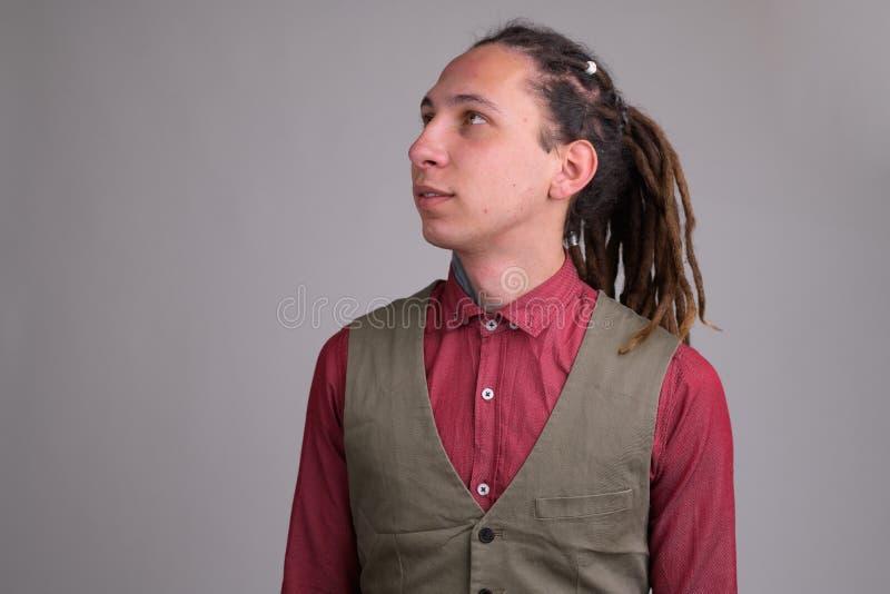 Cara del hombre de negocios hermoso joven con el pensamiento de los dreadlocks foto de archivo libre de regalías