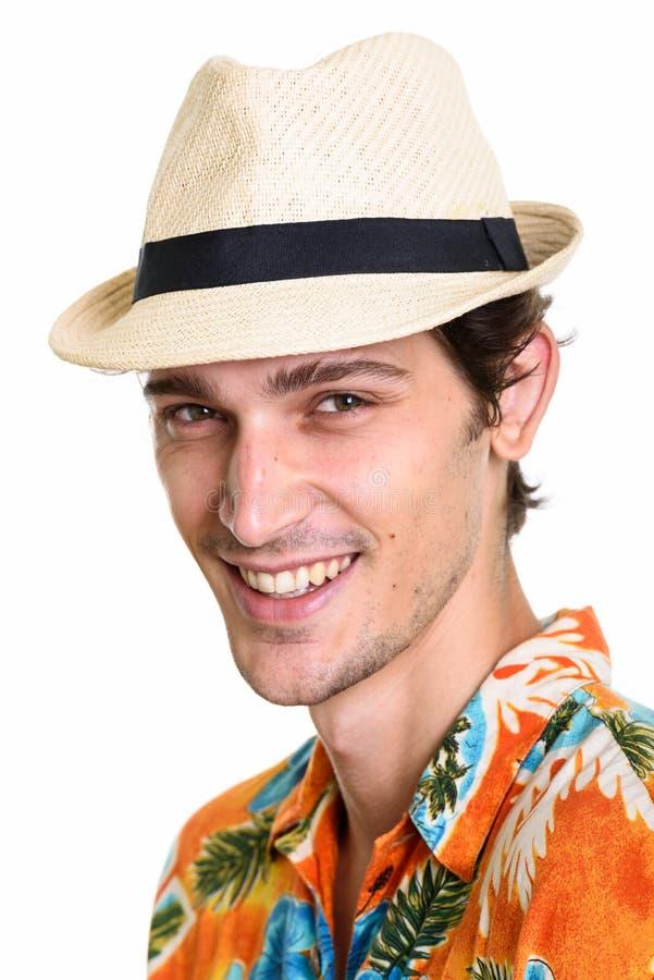 Cara del hombre hermoso feliz joven que sonríe mientras que lleva el sombrero y H fotos de archivo libres de regalías