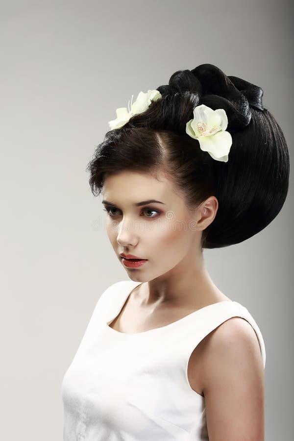 Cara del modelo de moda moreno hermoso de la novia. Peinado elegante con las flores vernales fotografía de archivo libre de regalías