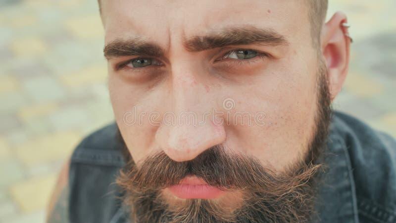 Cara del primer de un hombre de la calle barbudo, brutal fotos de archivo