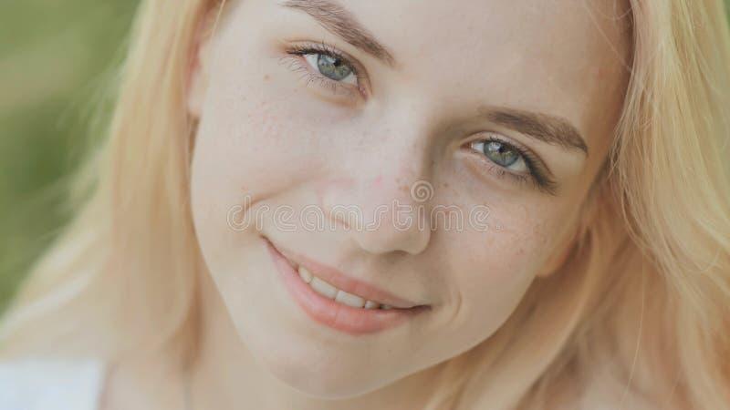 Cara del primer de una muchacha rubia de 19 años sonriente fotos de archivo libres de regalías