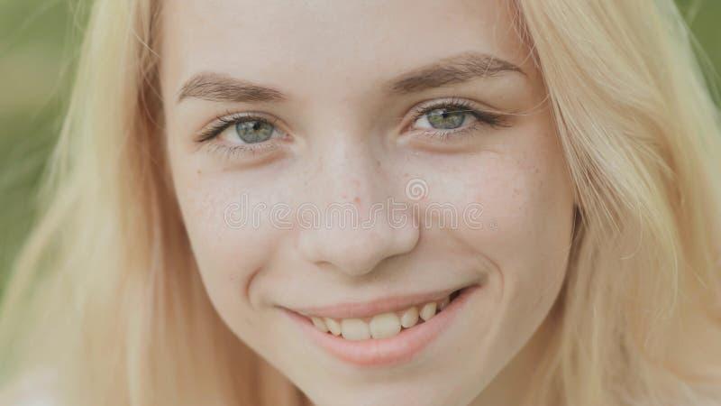 Cara del primer de una muchacha rubia de 19 años sonriente imágenes de archivo libres de regalías