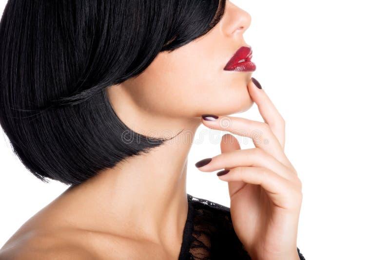 Cara del primer de una mujer con los labios rojos atractivos hermosos y el na oscuro imagen de archivo libre de regalías