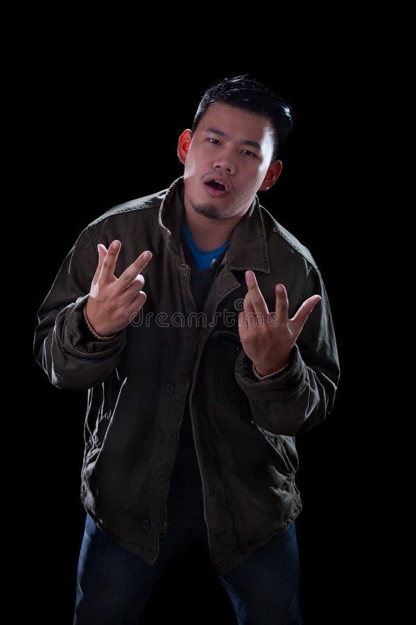 Cara del retrato del hombre asiático joven que actúa como un standi del hombre del eje de balancín imágenes de archivo libres de regalías