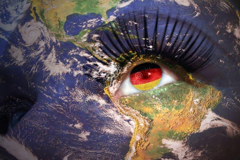 Cara del ` s de la mujer con textura de la tierra del planeta y bandera alemana dentro del th foto de archivo libre de regalías