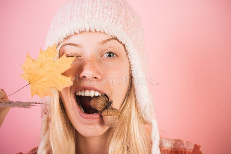 Cara divertida del otoño Aliste para el lema o el producto del texto La mujer rubia divertida hace publicidad de sus productos Ge fotos de archivo