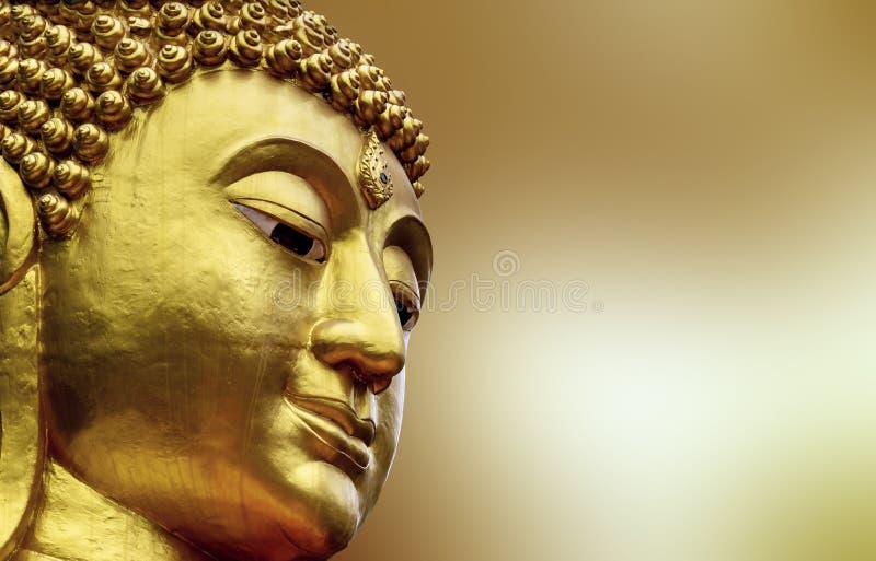 Cara do close up da estátua buddha grande em Ásia Tailândia colorido dourado no fundo amarelo do borrão foto de stock
