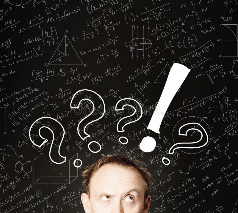 Cara do homem com ponto de interrogação no fundo da ciência do quadro-negro Educação, exame do estudante e conceito do clique fotos de stock royalty free