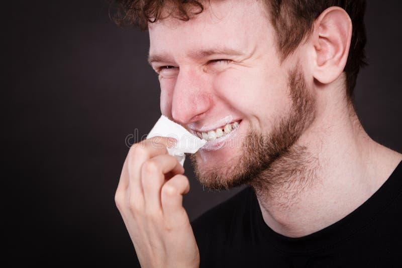 Cara do homem da limpeza da mulher pelo tecido higiênico fotos de stock royalty free