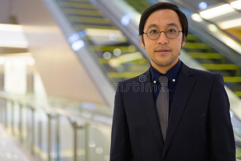 Cara do homem de negócios asiático dentro do prédio de escritórios imagem de stock