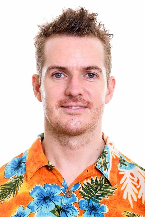 Cara do homem feliz que sorri ao vestir a camisa havaiana pronta para fotografia de stock royalty free