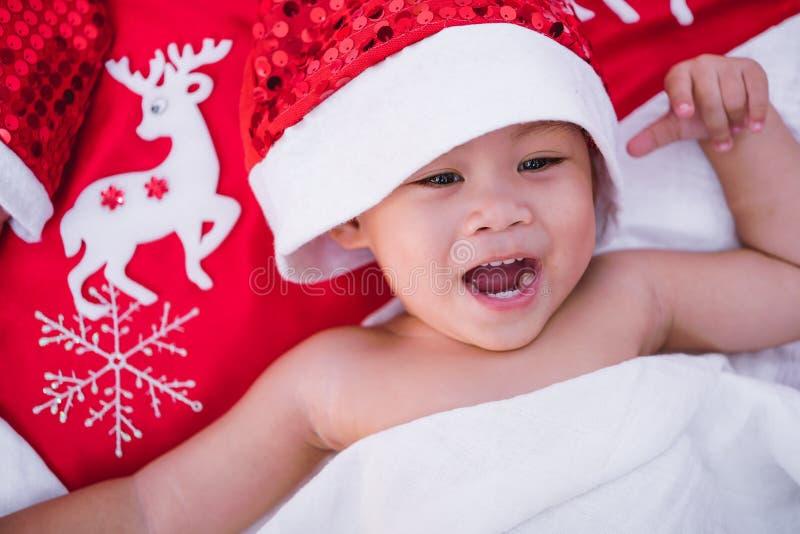 Cara do retrato do bebê da criança no chapéu vermelho de Santa imagem de stock