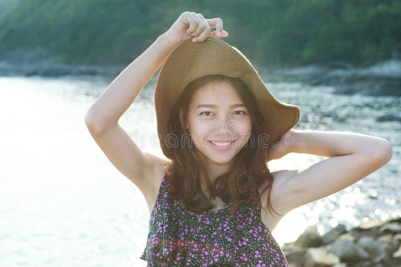 Cara do retrato da mulher bonita que veste a posição larga do chapéu de palha fotografia de stock royalty free