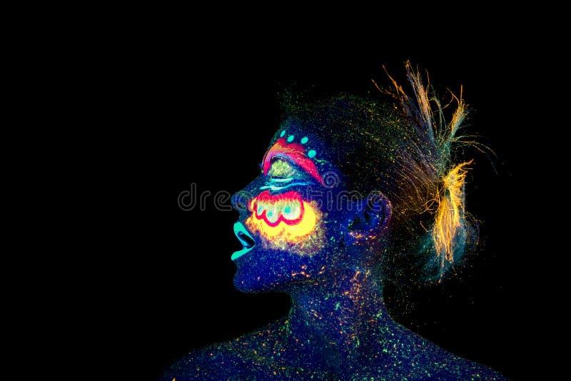 A cara do retrato da mulher, estrangeiros adormecidos, composição ultravioleta Mulher azul bonita imagens de stock royalty free